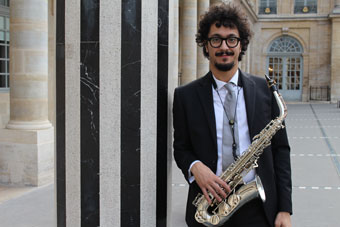 Luigi Grasso, avec son nouveau saxophone alto, Palais Royal, Paris 2016 ©Florent Ruiz-Huidobro by courtesy of Luigi Grasso