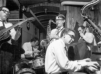 René Thomas (g), Felix Simtaine (dm), Robert Jeanne (ts), Léo Fléchet (p), Freddie Deronde (b), L'Esquinade, Liège, 1968 © photo X by courtesy of Maison du Jazz de Liège