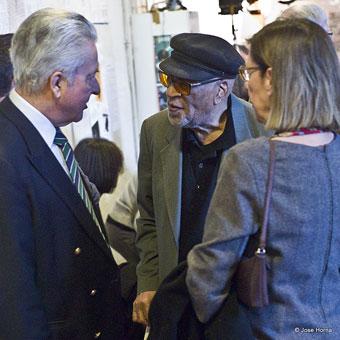 Hal Singer (au centre) avec Arlette (de dos), discutant avec David Herridge pendant la fête des 80 ans de Jazz Hot © Jose Horna