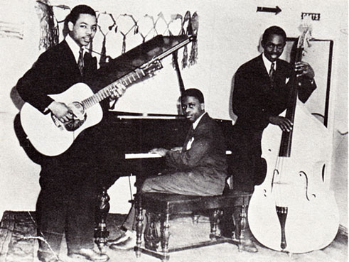 1946. Chicago, the Bob Carter Trio: Walter Scott (g), Junior Mance (p), Bob Carter (b)  © photo X, archives Jazz Hot