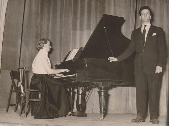 Un récital de chant du jeune Roger Mennillo, c. 1955 © photo X, Collection Roger Mennillo by courtesy
