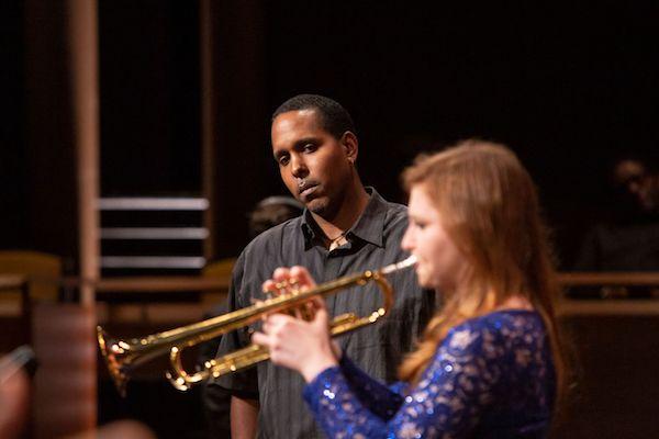 Une jeune trompettiste sous le regard de Vincent Gardner (festival Essentially Ellington) © A. Hisa by courtesy of JALC