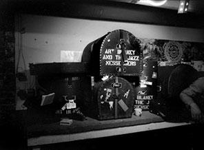 Les caisses de batteire d'Art Blakey dans le sous-sol du Keystone Korner (1982) © Brian McMillen, by courtesy