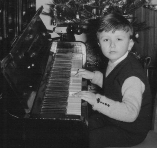 Roberto Magris, sur le piano familial, Noël 1963  © Photo X, Collection Roberto Magris by courtesy