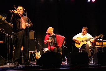 Martin Weiss (vln), Carmen Hey (acc), Gigi Reinhardt (g), Colmar 2014 © Guy Reynard