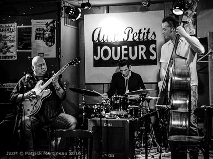 William Chabbey (g), Vincent Frade (dm), Emmanuel Chabbey (b, le frère), 16 octobre 2016) © Patrick Martineau