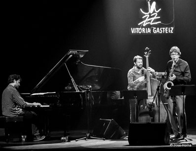 Albert Sanz Trio avec Pablo Martín Caminero (b), Chris Cheek (ts), Festival de jazz de Vitoria 2016 © Jose Horna