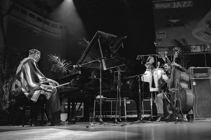 Randy Weston, Alex Blake (b), Neil Clarke (perc), Palais des Beaux-Arts, Bruxelles, 1994 © Jacky Lepage