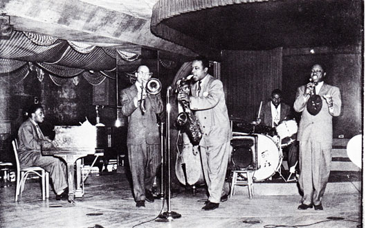 1949. The Gene Ammons Group au Bop City, San Francisco, CA: Junior Mance (p), Leroy Jackson (b), Jerry Elliott (b),  Gene Ammons (ts), Wesley Landers (dm), Pee Wee Jackson (tp) © photo X, archives Jazz Hot