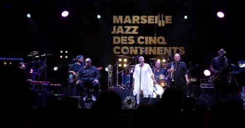 Fred Wesley et ses New JB's, accompagnés par Martha High (en blanc) © Laura Dauphin, by courtesy of Marseille Jazz des Cinq Continents