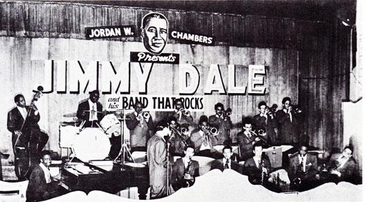 1946. St. Louis, the Jimmy Dale Band avec Junior Mance (p) et Gene Ammons (ts, le second à partir de la droite), Jimmy Dale est près du micro. Gene Wright (b) et Wesley Landers (dm) complètent la section rythmique.