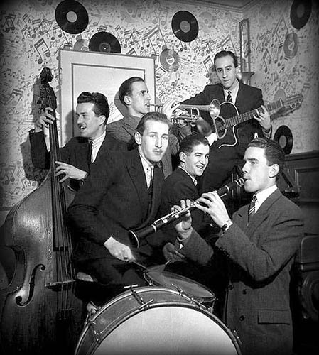 L'Orchestre Abadie-Vian dans l'escalier menant à la cave jazz du 14 rue Chaptal, siège de Jazz Hot © Robert Doisneau, by courtesy of Archives Famille Abadie, Laurent Coste