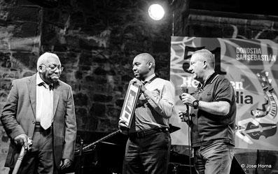 Ellis Marsalis reçoit le prix Donostiako Jazzalldia 2016 des mains de Branford MArsalis et de Miguel MArtin, le Directeur du festival © José Horna