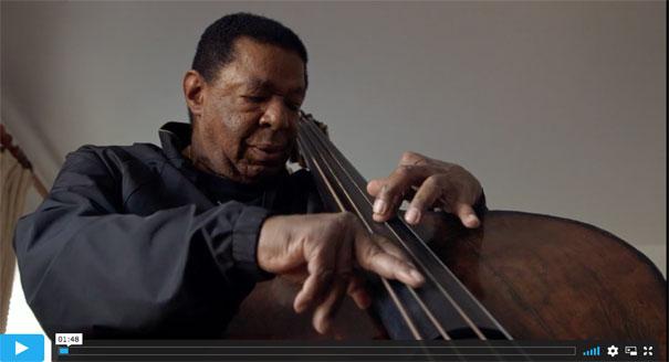 Buster Williams en action, image extraite de Buster Williams: Bass to Infinity d'Adam Kahan