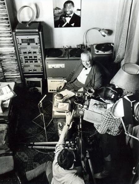 Louis et Claudine en tournage dans le bureau d'Hugues Panassié © Photo X, Archives Louis Panassié by courtesy