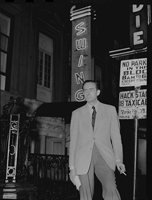 Charles Delaunay, le patron du label Swing, à New York devant une enseigne de club fort à propos © William Gottlieb by courtesy of Library of Congress