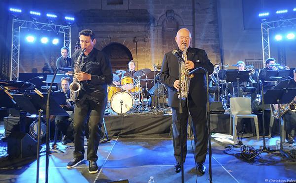 James Morrison (à droite) avec le Big Band Brass, Pertuis, 9 août 2019 © Christian Palen
