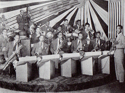 Gerald Wilson Orchestra c. 1944-47: Henry Tucker Green, Jimmy Bunn, Chuck Waller, Art Edwards, Jose Sanchez, Odell West, Teddy Buckner, Floyd Turnham, Melba Liston, Jack Trainor, Ed Popeye Hale, Miles Davis, Jose Huerta, Hobart Dotson, Maurice Simon, Gerald Wilson © Photo X, coll. Jazz Hot