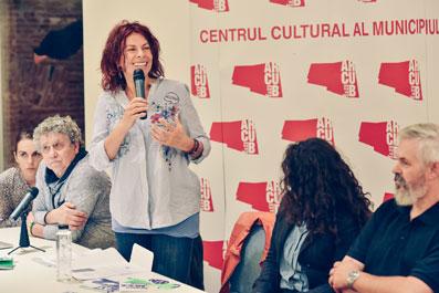 Conférence d'ouverture, Histoire de Jazz Hot, Introduite par Teodora Enache (debout) et proposée par Michel Antonelli (à gauche) © Cristi Mitrea by courtesy of Bucharest Jazz Festival