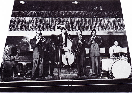 1949. Lester Young Group, Old Savoy Ballroom, Harlem, NY: (left to right) Junior Mance (p), Jerry Elliott (tb), Leroy Jackson (b), Lester Young (ts), Jesse Drake (tp), Tim Kennedy (dm) © photo X, archives Jazz Hot
