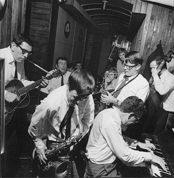 René Thomas (g), Felix Simtaine (dm), J.R. Monterose (ts), Robert Jeanne (ts), Léo Fléchet (p), Freddie Deronde (b), L'Esquinade, Liège, 1968 © photo X by courtesy of Maison du Jazz de Liège
