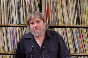 Jean-Pol Schroeder devant les rayons de vinyles © Mathieu Perez